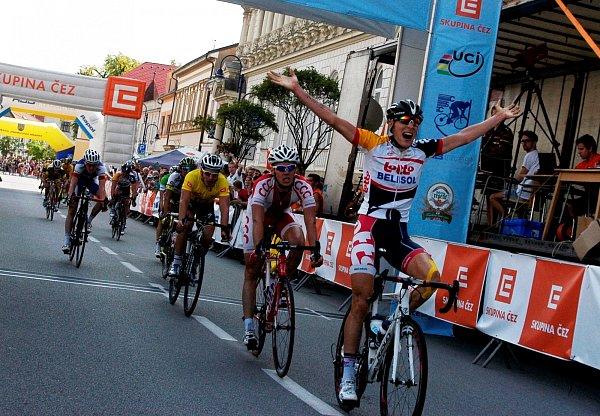 DOJEZD. Do cíle závěrečné etapy vJindřichově Hradci jako první dorazil Xandro Meurisse ztýmu Lotto  Belisol.  Třetí Florian Senechal (ve žlutém trikotu) slavil celkové vítězství.