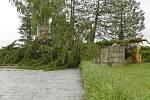 Vichr 8. července 2021 škodil i na největším budějovickém hřbitově. Na snímku památník padlých rudoarmějců na Hřbitově sv. Otýlie.
