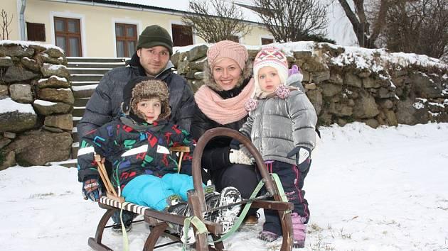 Bílé nadílky si v sobotu v Hojné Vodě užívala rodina Mikolášova z Borovan - manželé Lenka a Jan společně s dětmi Aničkou a Honzíkem.