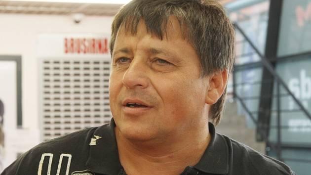 Zdeněk Caska předal licenci pro první ligu Radku Bělohlavovi.
