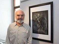 Kolem 70 fotografií přináší výstava v jindřichohradeckém Muzeum fotografie, jež provází historií Divadla Járy Cimrmana, jež slaví 50 let. Snímky nafotil Petr Hecht, který dělal v divadle i kulisáka. Na snímku Zdeněk Svěrák.