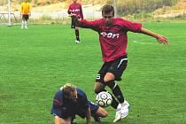 Mladíci doma pravidelně bodují. Staršímu dorostu proti Slavii (1:0) pomáhal i člen juniorky Dynama, Slovák Rastislav Bakala, jenž na snímku obchází slávistu Lukáše Palka.