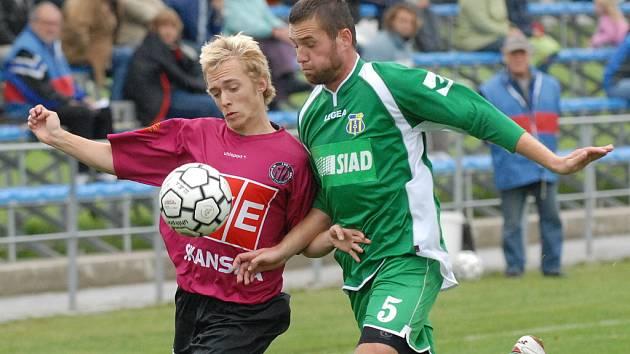 Mladý útočník Michal Kaňák se snaží uniknout blšanskému stoperu Heincovi.