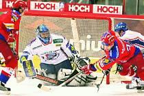 Hokejisté českobudějovického Mountfieldu vyhráli i své druhé utkání čtvrtfinále s Kladnem. Kotrla se Sičákem (zleva) napadají Orctovu branku.