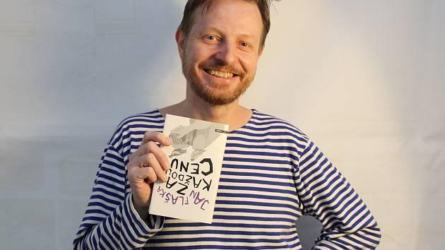 Sloupkař Českobudějovického deníku Jan Flaška vydal knihu sloupků Za každou cenu.