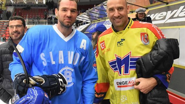 Retro duel Motoru s Litoměřicemi navštívil i legendární fotbalista Jan Koller (na snímku vpravo s obráncem René Vydareným).
