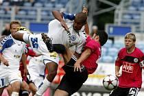 V bezgólové ligové premiéře mezi fotbalisty Dynama a Liberce bojuje domácí Marián Jarabica s libecekým Gebre Selassiem.