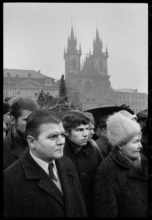 Fotograf Michal Tůma má monografii, která vyšla v prosinci 2014 v nakladatelství Foto Mida. Snímek z pohřbu Jana Palacha, cyklus Kde končí svět, 25. leden 1969.