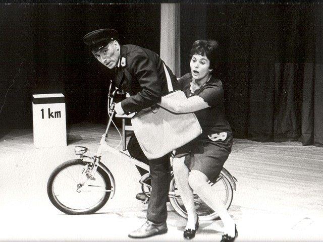 Nejlíp je u nás. Představení podle Karla Valdaufa mělo ve Svinech premiéru roku 1973. Na snímku Karel Hašek a Gerta Hašková.