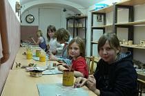 Jedním z kroužků DDM, na kterém se mohou děti dobře zabavit, je keramika. Už brzy se děti pustí například do barvení betlémských hvězd.