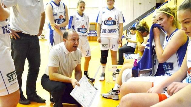 PORADA. Basketbalistky U19 Chance cítí v neděli proti Ostravě šanci přidat druhou výhru.
