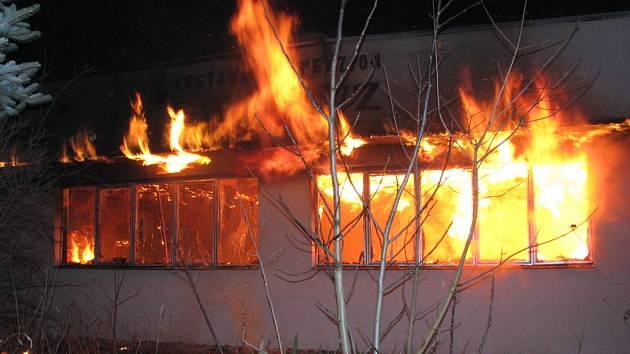 Hasiči zasahovali při požáru bývalé ubytovny.