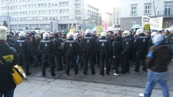 Demonstranty oddělovala policie.