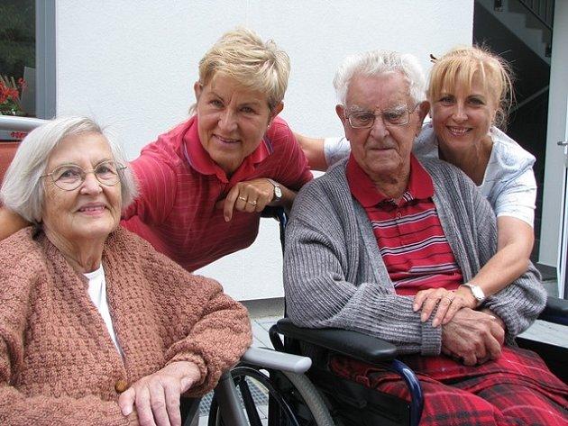 Jaroslav (101let) a Eva (85let) Semrádovi jsou svoji už 64let. Na snímku jsou společně sdcerami Barborou a Veronikou (zleva).