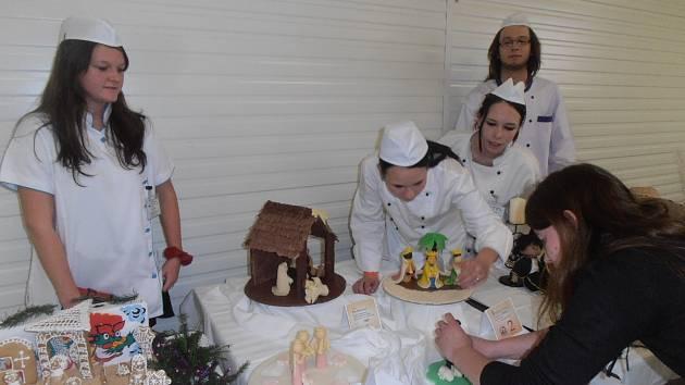 Reprezentace školy SOŠ a SOU Hněvkovice. Iva Ptáčková (na snímku zleva), Nikol Berdarová, Milan Menšík a mistrová Kateřina Zuntová.
