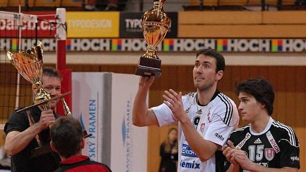 Kapitán českobudějovického Jihostroje Michal Sukuba (druhý zleva s trenérem Petrem Bromem a liberem Davidem Juračkou)  věří, že prvenství  v základní části jeho týmu neunikne.