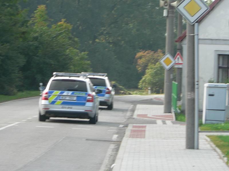 Volby v Trocnově. Voliči přijížděli z České republiky už před půl druhou. Na místě se objevily i hlídky Policie ČR.