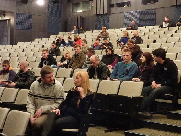 Sál kina ve Společenském domě v Týně nad Vltavou, kam diváci přišli na český film Kvaska, se pomalu plní. Za půl hodiny bude všechno jinak. Kino přepadnou teroristé.