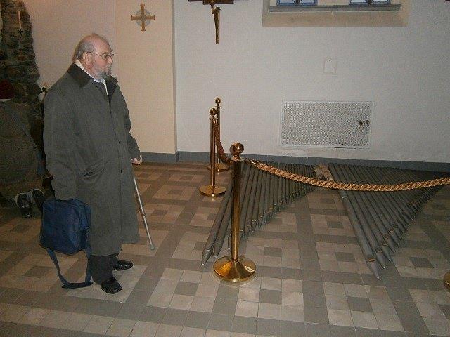 Sbormistr Václav Junek míjí při únorové návštěvě českobudějovického kostela sv. Jana Nepomuckého varhanní píšťaly, které zde v té době ležely na podlaze.