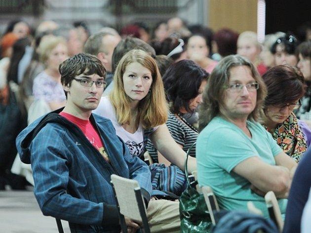 Členové volebních okrskových komisí ve Sportovní hale.