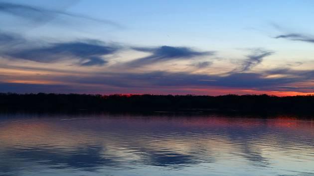 Nádherný západ slunce nad Munickým rybníkem v Hluboké nad Vltavou.