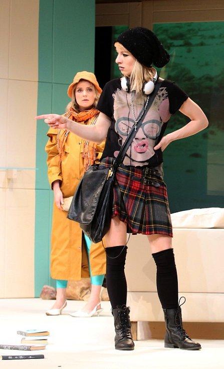 Činohra Jihočeského divadla uvedla 24. dubna premiéru komedie Žena jako druh. Na snímku Dana Verzichová jako Tess Thornton a Teresa Branna jako Molly Rivers.