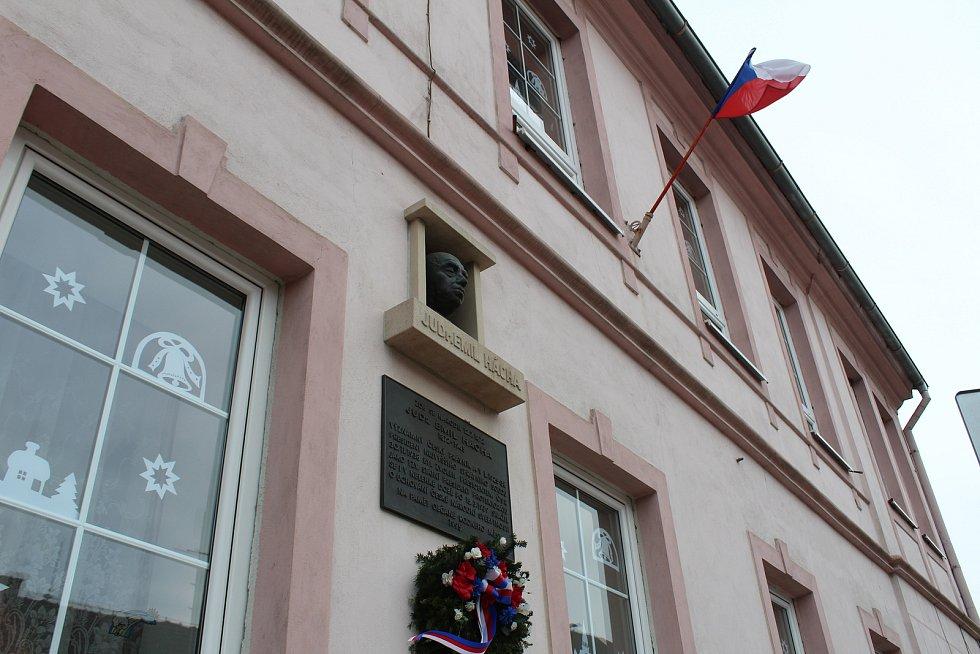 V Trhových Svinech byla 30. listopadu 2018 představena poštovní známka s portrétem JUDr. Emila Háchy, který z města pocházel. Háchova pamětní deska a busta na budově, kde žil.