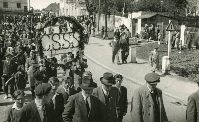 1. máj 1950. Průvod směřuje zMalé Strany na železný most.
