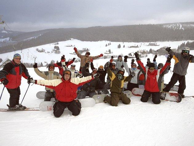 Dnešní jubilant Arnošt Binter (zcela vlevo) na archivním snímku při prosincovém kurzu budoucích instruktorů snowboardingu v Peci pod Sněžkou na Zahrádkách.