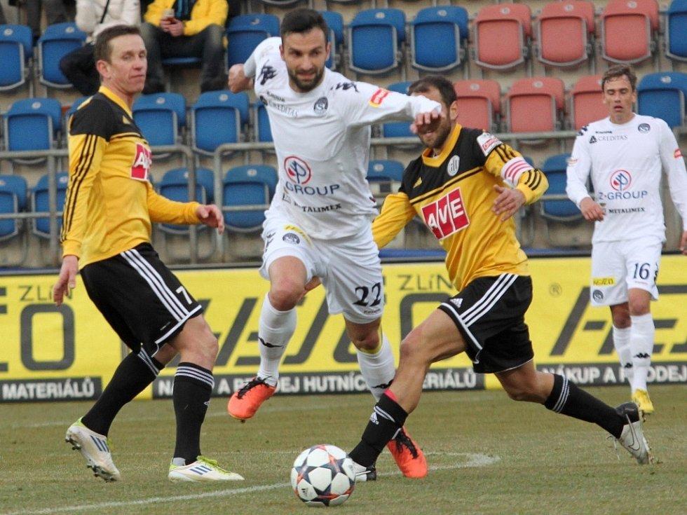 Tomáš Košut v zápase Dynama na Slovácku (1:1) uniká Benátovi a Herzánovi.