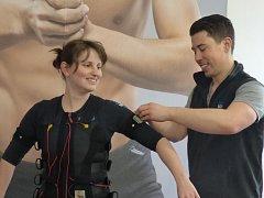 Speciální výstroj pro cvičení s elektrickými impulsy si v českobudějovickém studiu BodyBody v praxi vyzkoušela také redaktorka Českobudějovického deníku Jana Klomfarová. Na snímku je s ní trenér Ondřej Papoušek.