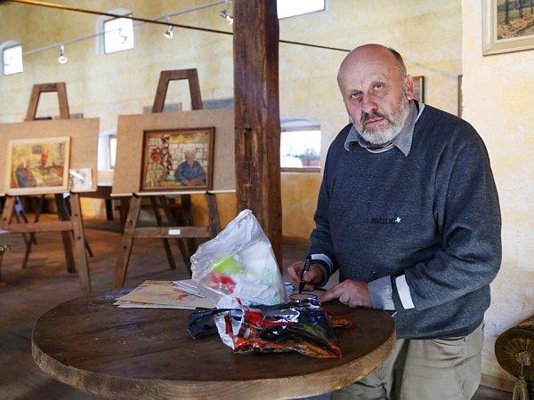 Obrazárna Špejchar vŽelči na Táborsku představuje známého chemika a odbojáře Vlastislava Boháče jako malíře. Na snímku kurátor Pavel Šmidrkal.