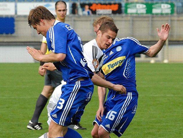 Ladislav Volešák (na snímku mezi olomouckými Dreksou a Bajerem) krásnou střelou z voleje zajistili v neděli Dynamu s Olomoucí tři body.