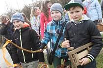 V Doudlebech děti na Velikonoce nejprve hrkají, pak koledují.