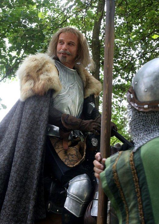 Česká televize natáčela v Kestřanech na Písecku pohádku Pravý rytíř, která se bude vysílat o Vánocích. Na snímku v jedné z hlavních rolí Lukáš Vaculík.
