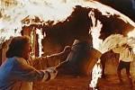 Boj s plameny je na plátně v úvodních scénách. Úplně vpravo se do požáru vrhá Rudolf Hrušínský, aby odvázal koně.