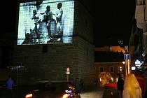 S úderem dvacáté hodiny večerní  začali v sobotu organizátoři fotografického festivalu Fotojatka promítat na zadní stěnu Černé věže černobílé i barevné snímky všech účastníků.