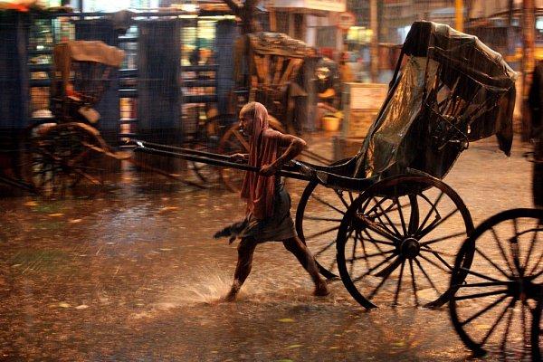 Jan Šibík fotil, jak žijí a dřou indičtí rikšové. Fotografie jsou na výstavě vprachatickém divadle, kde zůstanou do 30.září.