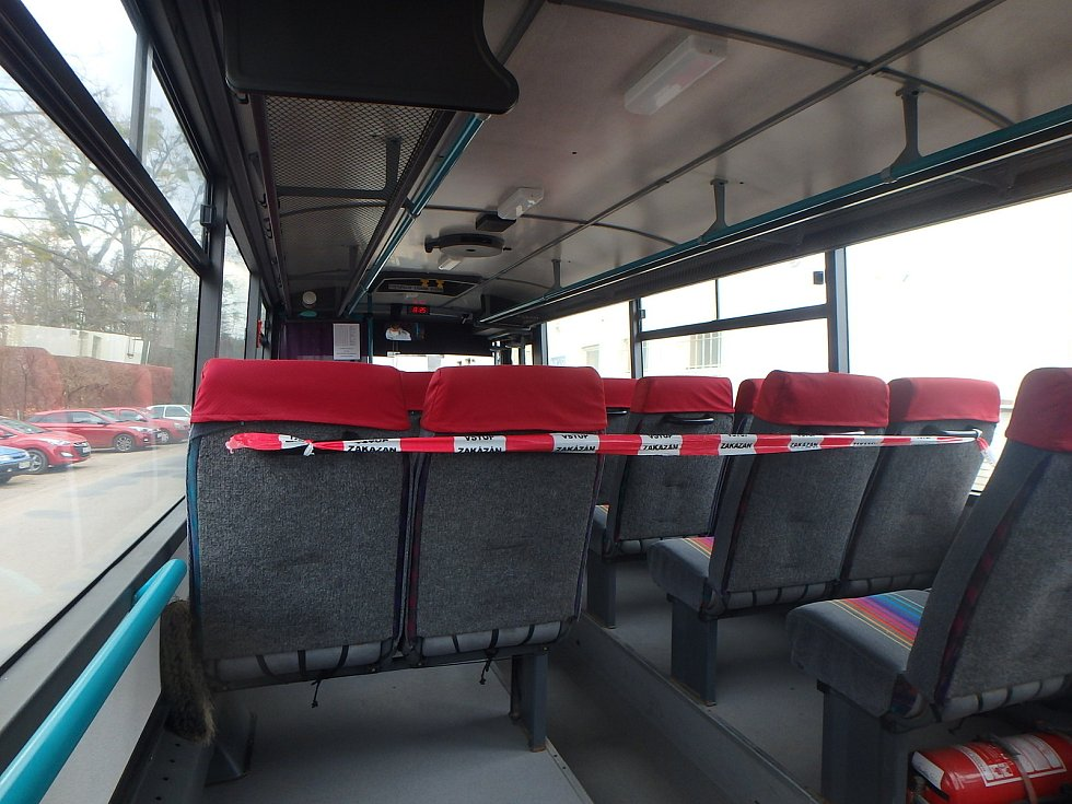 Výlukové autobusy jezdí s vymezeným prostorem pro cestující.