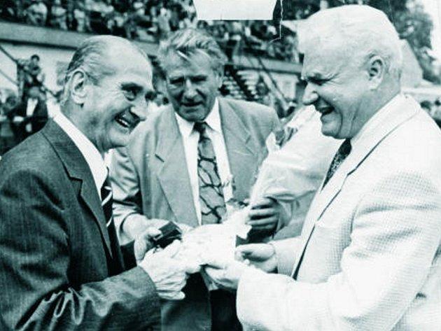 Josef Zeman a Zdeněk Čadek (zleva), kteří budou zítra jako první uvedeni do Síně slávy Dynama (Josef Zeman in memoriam), při setkání s legendárním Josefem Bicanem.