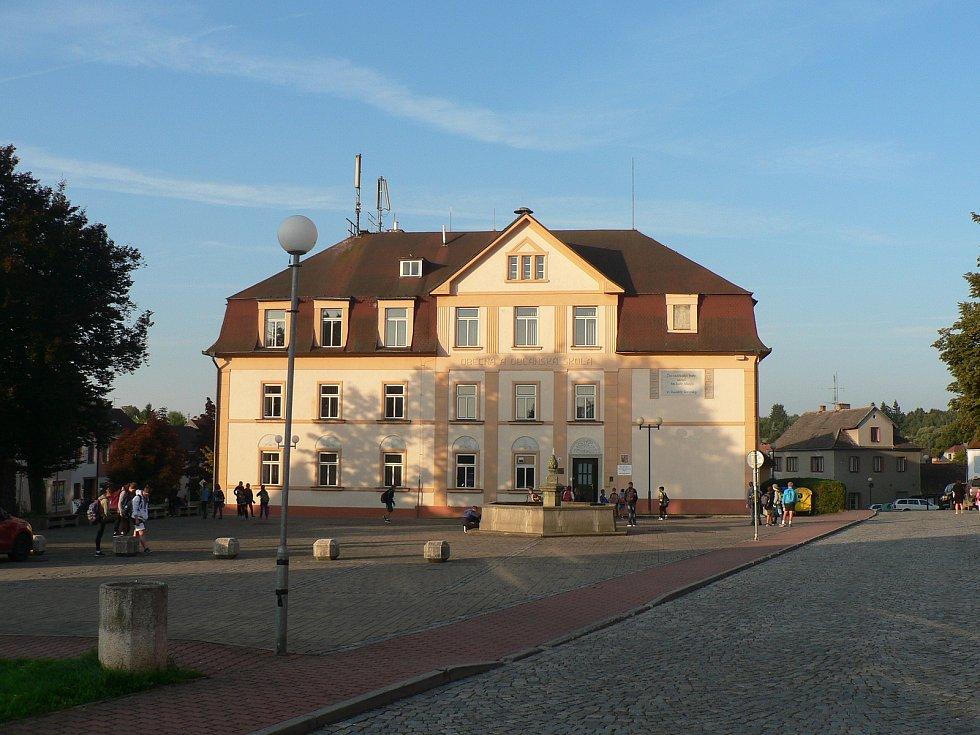 Ledenická škola na náměstí v roce 2021.