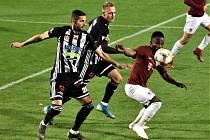 Fotbalisté Dynama hráli v pátek večer v předehrávce 17. kola I. ligy v Praze se Spartou (na snímku z pohárového duelu obou soupeřů Javorek a Čavoš stíhají sparťana Kangu.