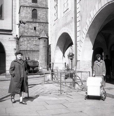 Ulicí UČerné věže a Kanovnickou jezdily trolejbusy dokonce vobou směrech.  Po náměstí pravidelně nejezdily, přesto  trolejbusy francouzského exteriéru značky Vetra na náměstí mimořádně zajížděly.