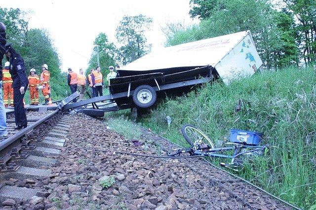 Srážka vlaku s německým autobusem na přejezdu u rybníka Bezdrev.