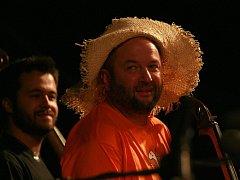 Festival Okolo Třeboně 2014, jehož hlavní hvězdou byla skupina Kryštof. Na snímku Pavel Barnáš, ředitel festivalu, profesí violoncellista SOČR.