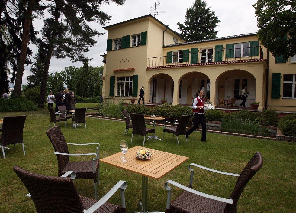 Edvard Beneš se svou ženou Hanou si nechal postavit letní dům v letech 1930-1931 v Sezimově Ústí u soutoku Lužnice a Kozského potoka podle projektu architekta Petra Kropáčka.
