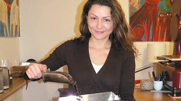 Každý den praží Jana Draganovská v Českých Budějovicích kávu. Přesto jí kávová zrna stále voní a ráda si dá i několik šálků.