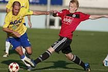 Minule doma s Teplicemi hrálo Dynamo 1:1 (na snímku Michal Petráň bojuje s teplickým Ježdíkem), v neděli s Příbramí ale Jihočeši chtějí všechny tři body.
