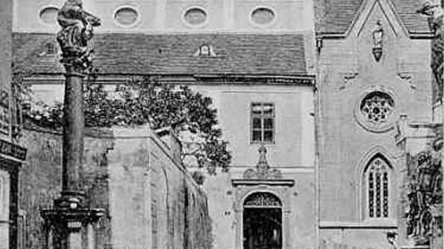 Barokní sochy na Piaristickém náměstí na staré pohlednici.