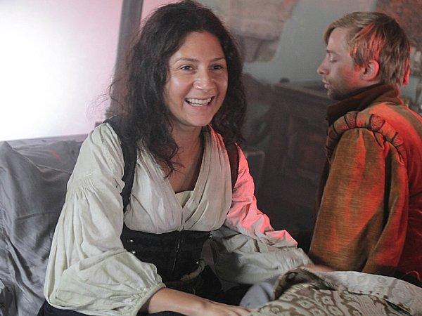 Na hradě Zvíkov natáčí režisérka Alice Nellis pohádku Sedmero krkavců. Na snímku scéna, kdy princ Bartoloměj (Lukáš Příkazký) budí Bohdanku (Martha Issová) ze sna.